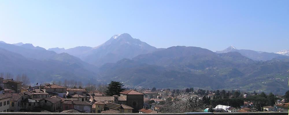 Barga e le Alpi Apuane. Autore e Copyright Marco Ramerini