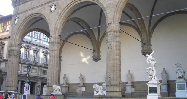Loggia della Signoria o Loggia dei Lanzi, Piazza della Signoria, Firenze, Italia. Author and Copyright Marco Ramerini