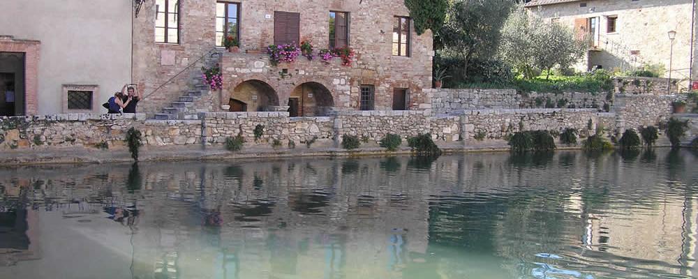 Bagno vignoni una delle pi particolari piazze della toscana borghi di toscana - Dormire a bagno vignoni ...