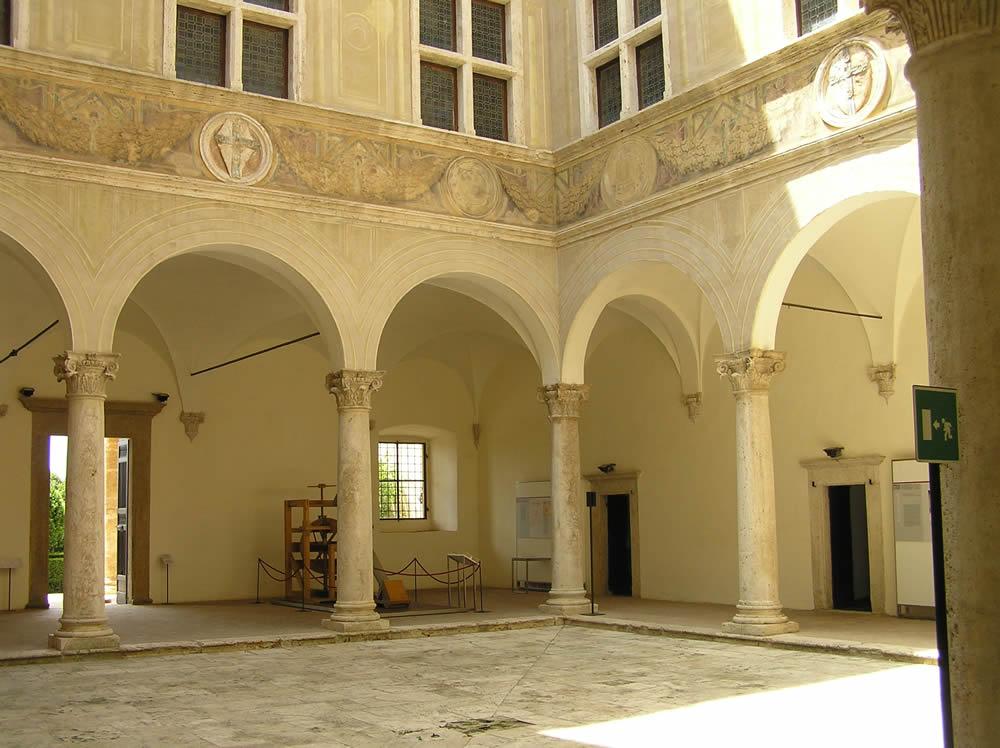 Cortile del palazzo piccolomini pienza val d 39 orcia for Sauna del cortile chiavi