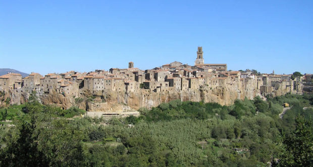 Panorama su Pitigliano dalla Chiesa della Madonna delle Grazie, Pitigliano, Grosseto. Author and Copyright Marco Ramerini