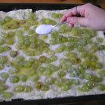 Aggiunta dello zucchero all' impasto della Schiacciata con l'uva. Autore e Copyright Laura Ramerini.