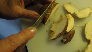 Preparazione dei Funghi fritti.. Autore e Copyright Marco Ramerini
