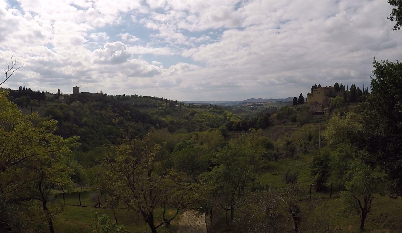A sinistra il Castello di Mugnana e a destra il Castello di Sezzate, Anello di Cintoia, Greve in Chianti. Autore e Copyright Marco Ramerini