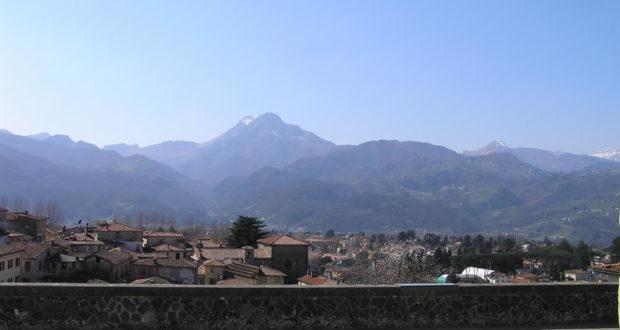 Barga et les Alpes Apuanes. Auteur et Copyright Marco Ramerini