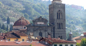 The baroque cathedral of Pescia, high in the background the village of Uzzano. Author and Copyright Marco Ramerini