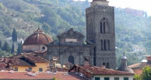 Il Duomo barocco di Pescia, alto sullo sfondo il borgo di Uzzano. Autore e Copyright Marco Ramerini