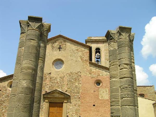 La facciata della Pieve di Sant'Appiano e i resti del Battistero, Barberino Val d'Elsa, Firenze. Autore e Copyright Marco Ramerini.