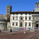 L'abside della Pieve di Santa Maria, il Palazzo del Tribunale e il Palazzo della Fraternita dei Laici, Piazza Grande, Arezzo. Autore e Copyright Marco Ramerini