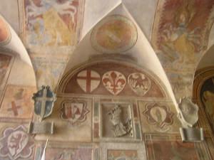 Particolari degli stemmi dipinti nel soffitto del cortile d'ingresso del Palazzo dei Vicari, Scarperia. Autore e Copyright Marco Ramerini