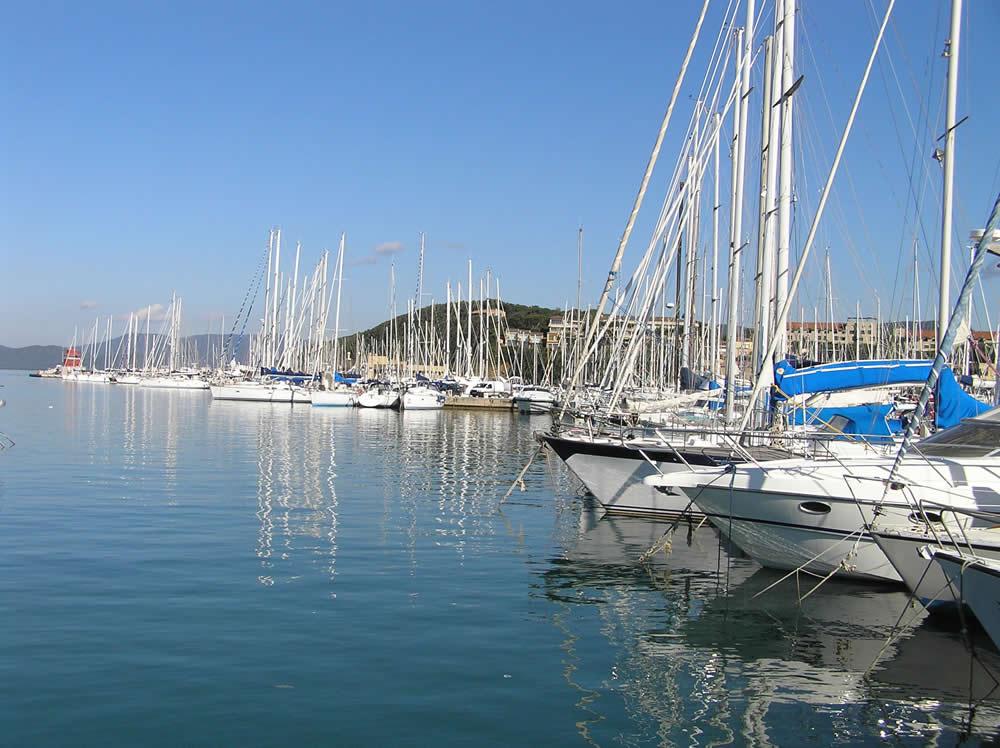 Barcos en el puerto de Punta Ala, Castiglione della Pescaia. Autor y Copyright Marco Ramerini