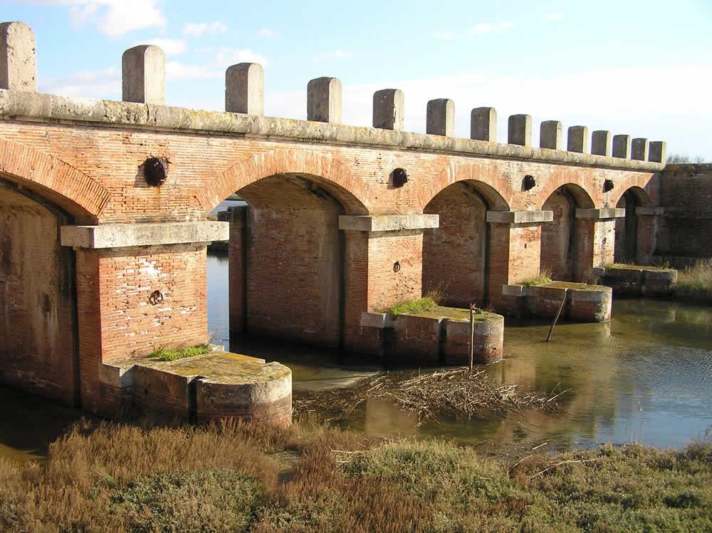 Il ponte della casa rossa castiglione della pescaia for Ponte sul davanti della casa