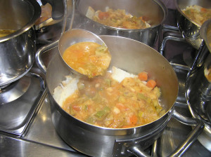 Mettete il brodo con le verdure sul pane toscano raffermo. Ministra di Pane o Ribollita. Author Liliana Ramerini
