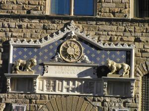 I due leoni che sormontano l'ingresso principale di Palazzo Vecchio, Firenze, Italia. Author and Copyright Marco Ramerini