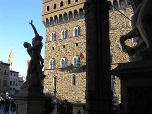 Il Ratto delle Sabine del Giambologna con sullo sfondo Palazzo Vecchio, Loggia della Signoria o Loggia dei Lanzi, Piazza della Signoria, Firenze, Italia. Author and Copyright Marco Ramerini
