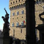 Enlèvement des Sabines par Giambologna avec le fond Palazzo Vecchio, Loggia della Signoria ou Loggia dei Lanzi, Piazza della Signoria, Florence, Italie. Author and Copyright Marco Ramerini
