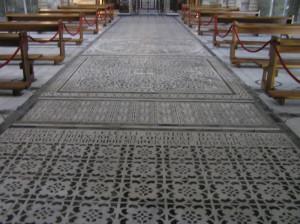 Il pavimento a marmi intarsiati con motivi geometrici e zoomorfi della Basilica di San Miniato al Monte, Firenze. Author and Copyright Marco Ramerini
