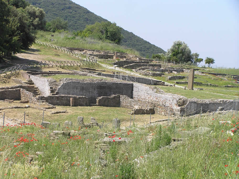 La Basilica Civile (in primo piano), il Foro e la Domus dei Mosaici, Roselle, Grosseto. Author and Copyright Marco Ramerini