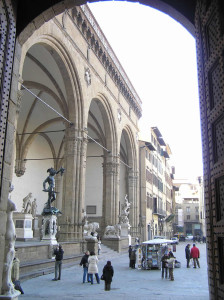La Loggia della Signoria vue de la porte d'entrée du Palazzo Vecchio, Piazza della Signoria, Florence, Italie. Author and Copyright Marco Ramerini
