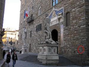L'ingresso di Palazzo Vecchio, segnalata dal cerchietto è la figura dell'Importuno, Palazzo Vecchio, Firenze, Italia. Author and Copyright Marco Ramerini