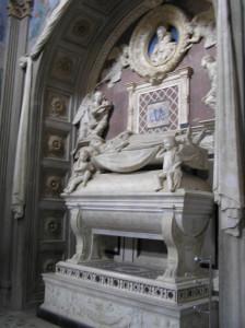 Monumento funebre del Cardinale del Portogallo di Antonio Rossellino. Cappella del Cardinale del Portogallo. Basilica di San Miniato al Monte, Firenze. Author and Copyright Marco Ramerini