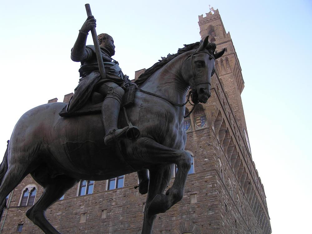 Statua equestre di Cosimo I de' Medici, Piazza della Signoria, Firenze. Author and Copyright Marco Ramerini