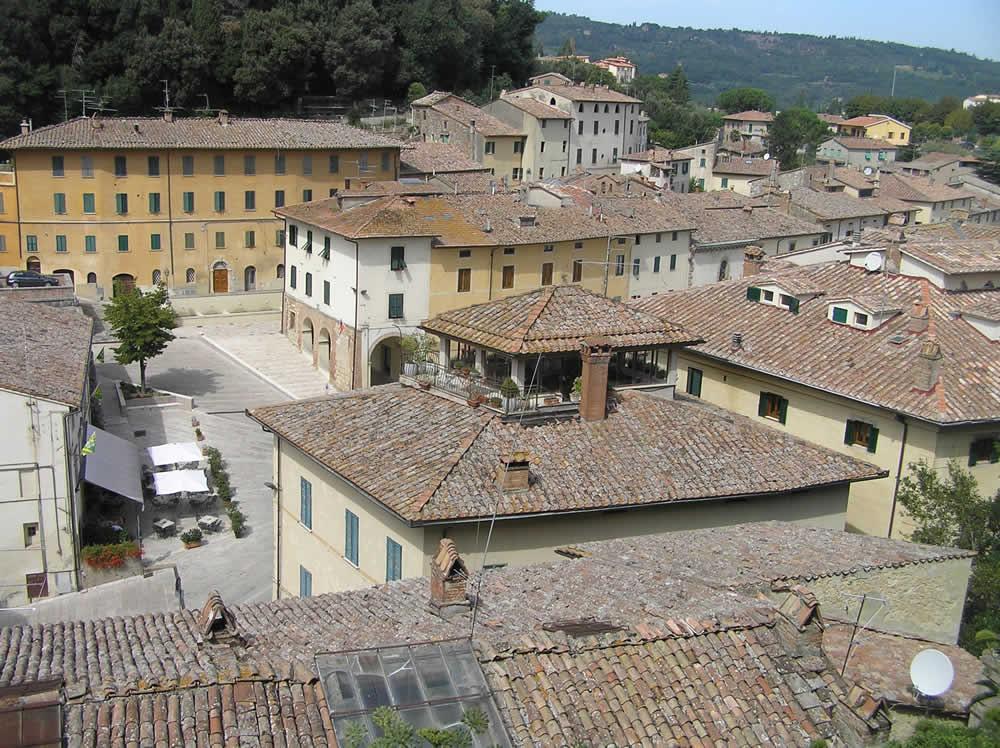 Vue sur les toits du village par la forteresse. Auteur et Copyright Marco Ramerini
