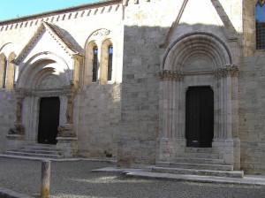 I due portali laterali della Collegiata a sinistra il portale di tipo lombardo, del XIII secolo. A destra il portale gotico del 1298. San Quirico d'Orcia, Siena. Author and Copyright Marco Ramerini