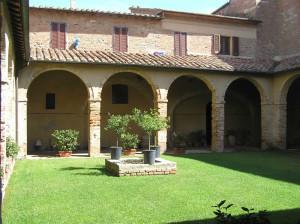 Le cloître du couvent de l'église de San Francesco, Chiusi, Sienne. Auteur et Copyright Marco Ramerini