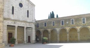 La cathédrale avec le Porche du palais de l'évêque, Chiusi, Sienne. Auteur et Copyright Marco Ramerini