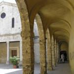 Il Duomo con il Loggiato del Palazzo Vescovile, Chiusi, Siena.. Autore e Copyright Marco Ramerini