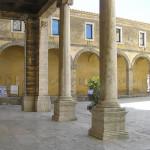 Le porche du Palais de l'évêque sur la Piazza del Duomo, Chiusi, Sienne. Auteur et Copyright Marco Ramerini