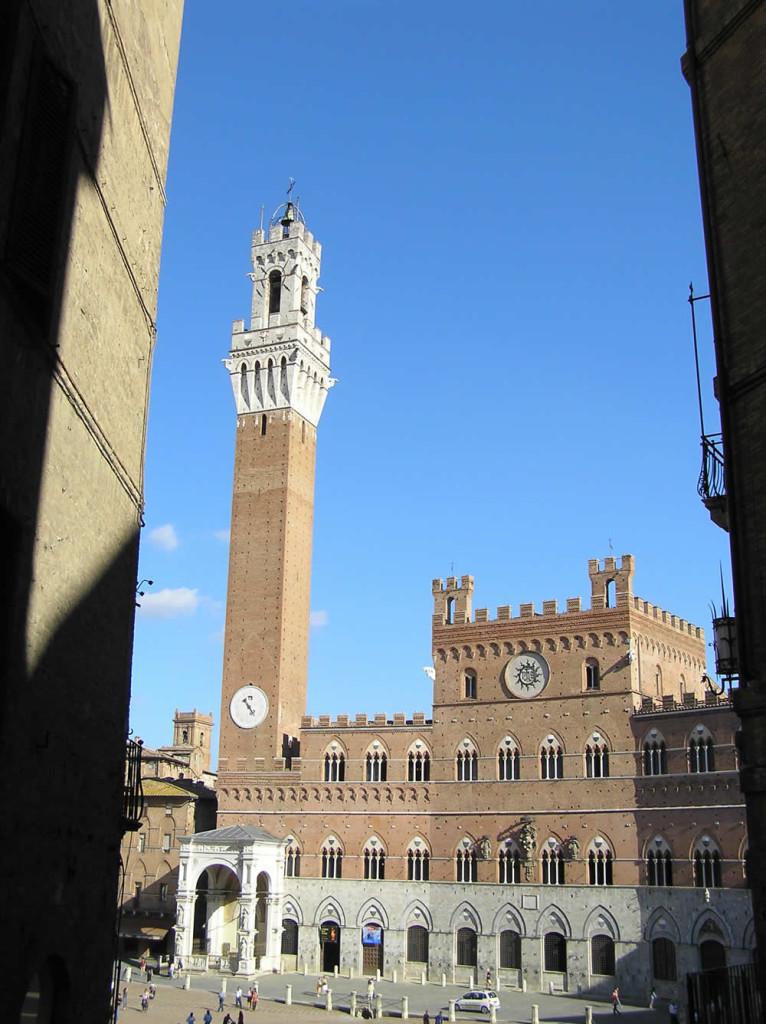 El Palazzo Pubblico y la Torre del Mangia, Piazza del Campo, Siena. Autor y Copyright Marco Ramerini