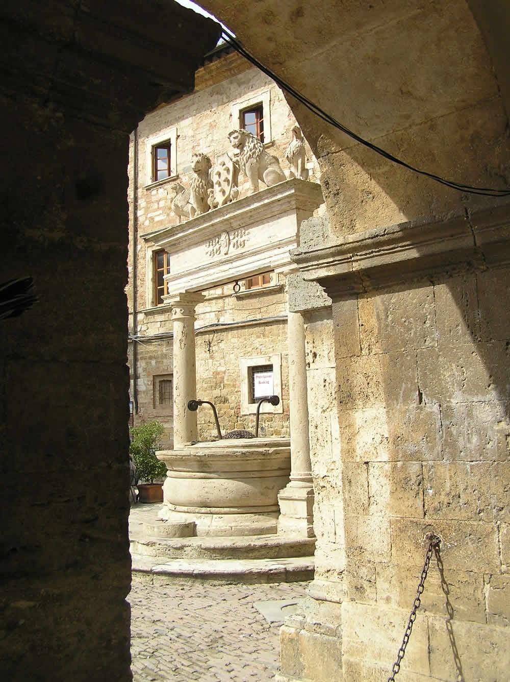 Il Pozzo de' Grifi e de' Leoni, Montepulciano, Siena. Author and Copyright Marco Ramerini