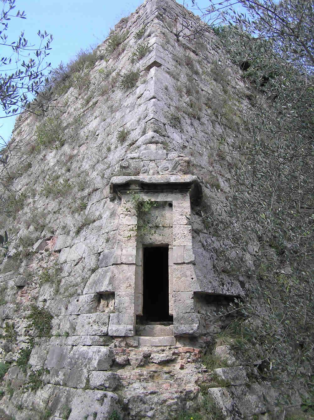 Il bastione che dà alla fortezza l'aspetto pentagonale ha anch'esso un ingresso. Cassero Mediceo, Fortezza di Poggio Imperiale, Poggibonsi, Siena. Author and Copyright Marco Ramerini