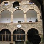 Il cortile interno di Palazzo Pieri o Lovatelli. Qui ebbe sede tra il 1555 e il 1559 la guarnigione francese, inviata, dall'imperatore Enrico II, in aiuto della Repubblica di Siena in Montalcino