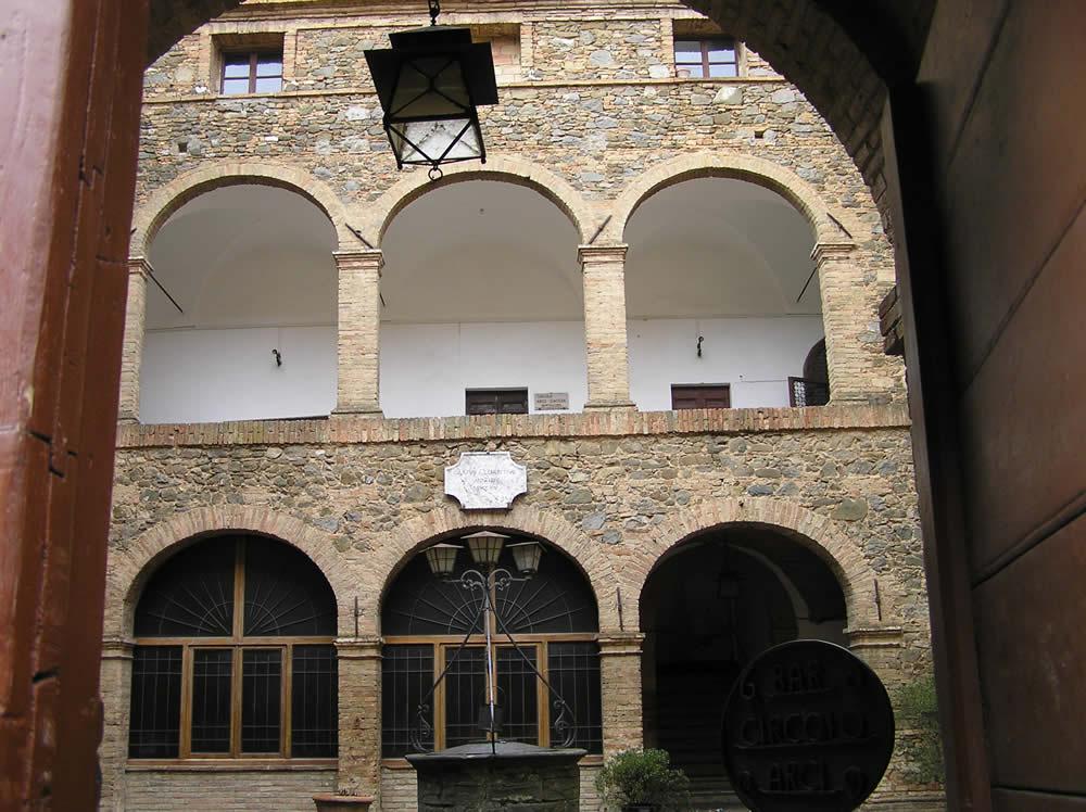 Il cortile interno di palazzo pieri o lovatelli qui ebbe for Cortile della campagna francese