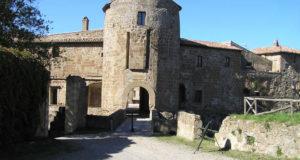 Il torrione rotondo nel quale sono ancora visibili le tracce dello scomparso ponte levatoio, Rocca degli Orsini, Sorano, Grosseto. Author and Copyright Marco Ramerini