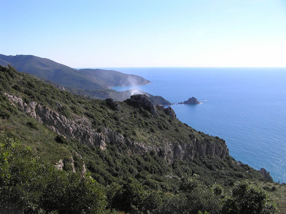 Il tratto di costa tra l'Isola Rossa e la Punta di Torre Ciana, Monte Argentario, Grosseto. Author and Copyright Marco Ramerini