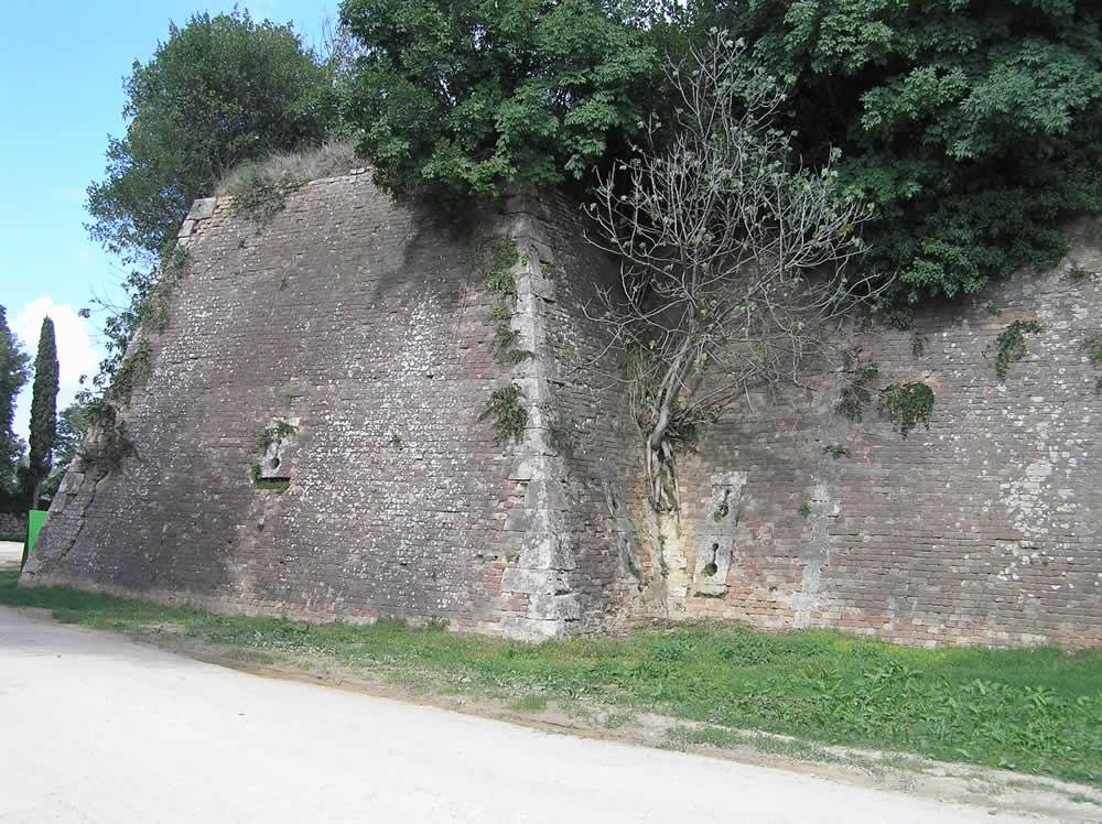 Lato sud-est delle mura difensive, Fortezza di Poggio Imperiale, Poggibonsi, Siena. Author and Copyright Marco Ramerini