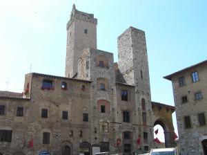 Les maisons Semplici et Magazzini et les tours Ardinghelli, Piazza della Cisterna, San Gimignano, Sienne. Author and Copyright Marco Ramerini
