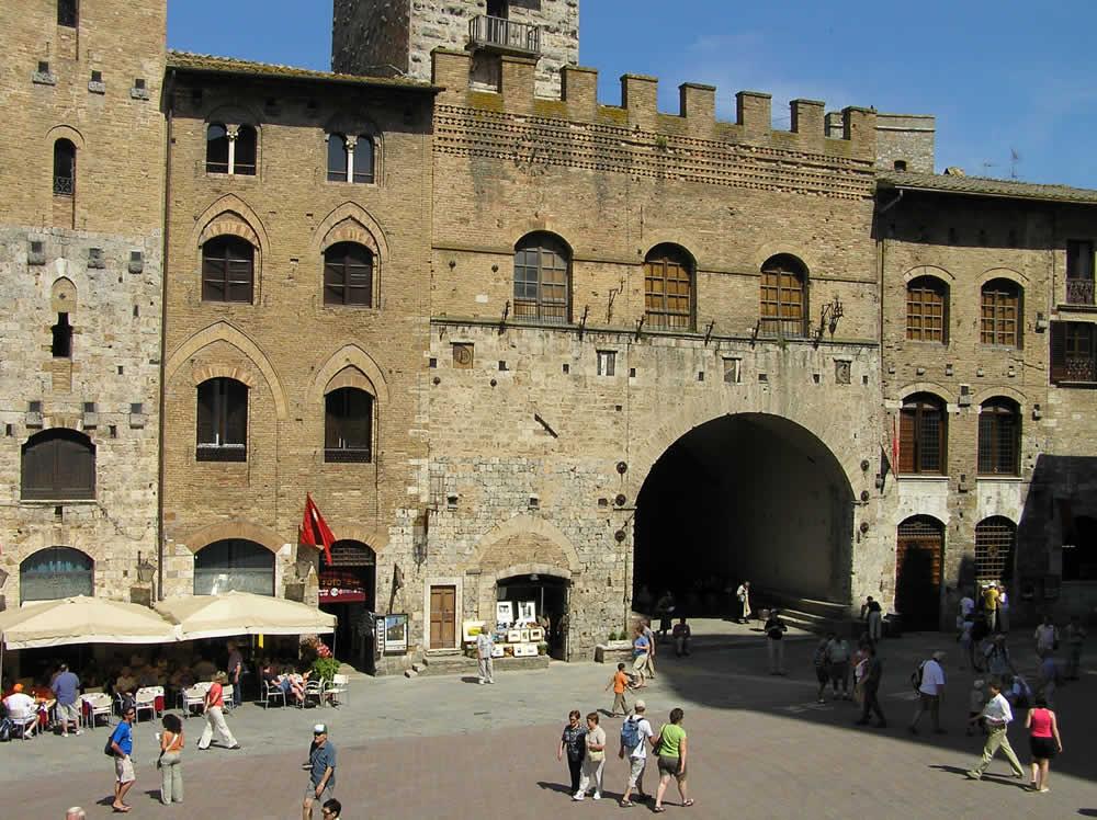 Palazzo del Podestà, Piazza del Duomo, San Gimignano, Siena. Autor und Copyright Marco Ramerini