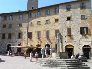Piazza della Cisterna, San Gimignano, Sienne. Author and Copyright Marco Ramerini