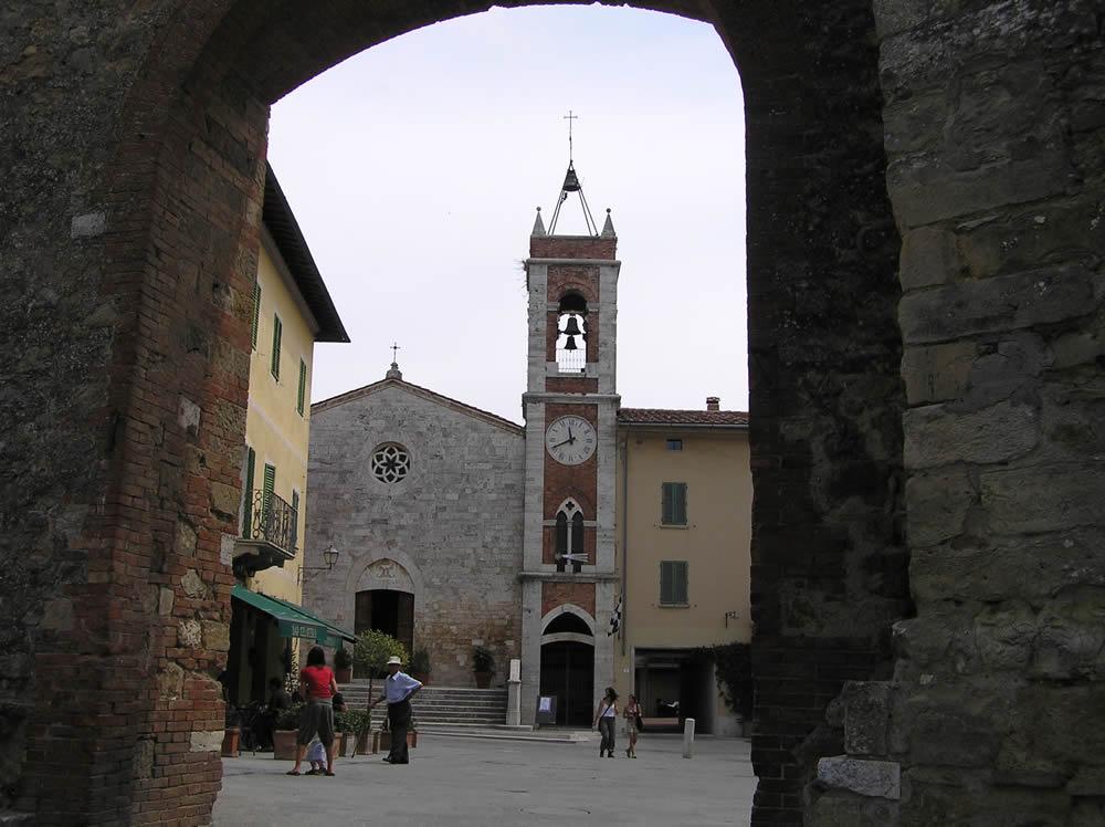 Porta Nuova e sullo sfondo la chiesa di Santa Maria di Vitaleta, San Quirico d'Orcia, Siena. Author and Copyright Marco Ramerini