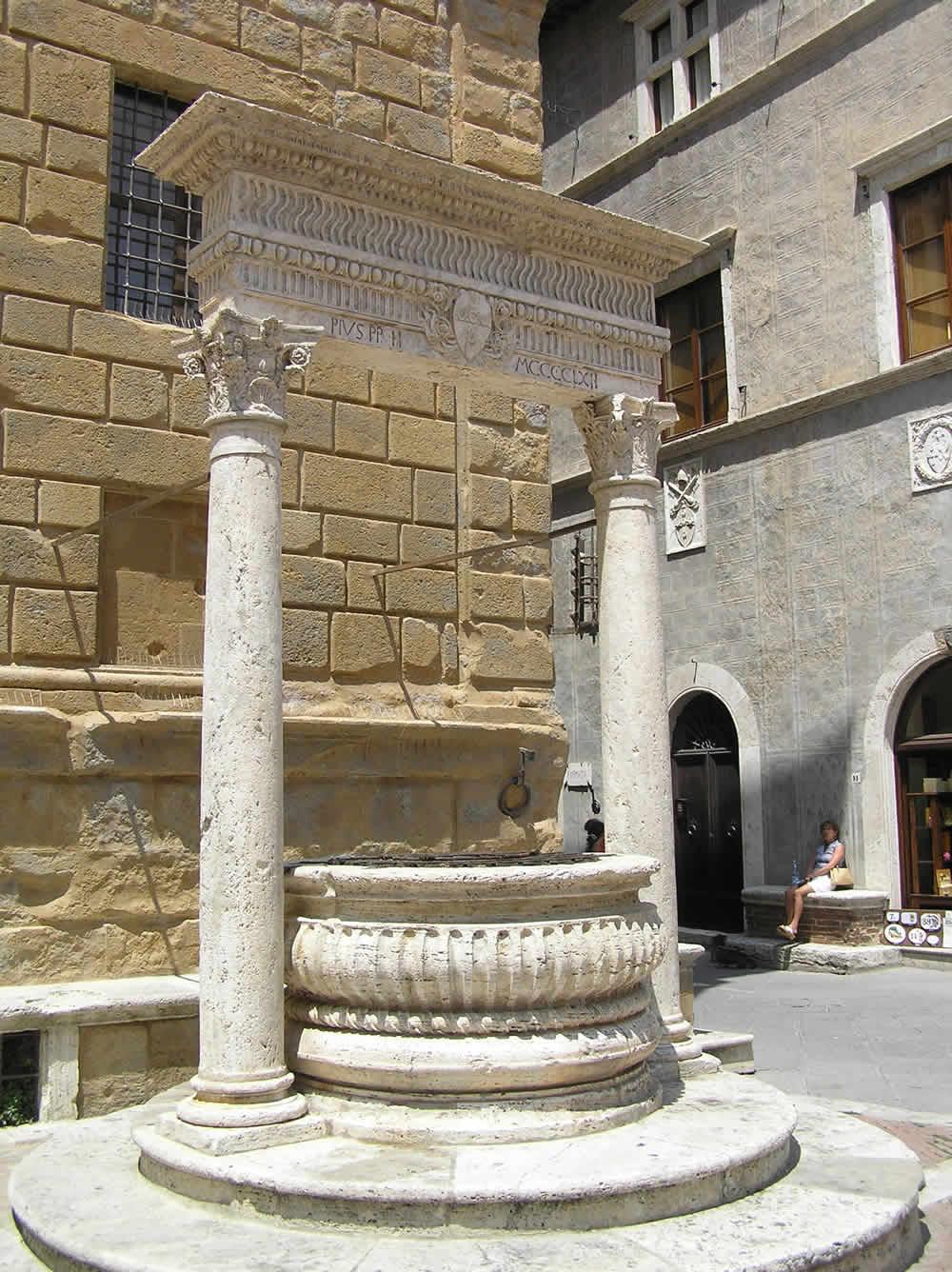 Pozzo del Rossellino, Piazza Pio II, Pienza, Val d'Orcia, Sienne. Auteur et Copyright Marco Ramerini.