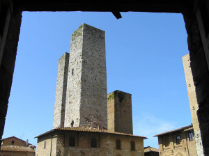 Tours, Piazza del Duomo, San Gimignano, Sienne. Author and Copyright Marco Ramerini