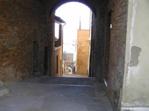 Una via di Radicondoli con sullo sfondo la Porta Olla, Siena. Author and Copyright Marco Ramerini.