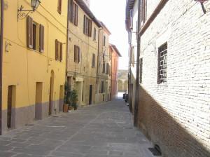 Via caratteristica di Chiusi, Siena. Autore e Copyright Marco Ramerini