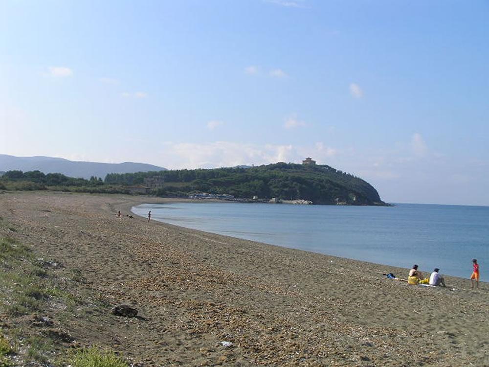 La spiaggia verso la Torre Nuova, vista dalla spiaggia antistante la Torraccia. La Torre Nuova è la struttura situata a metà della spiaggia verso il promontorio, San Vincenzo, Livorno. Author and Copyright Marco Ramerini