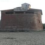 Il bastione del forte rivolto verso il mare e le scritte che deturpano la struttura, Forte di Castagneto, Donoratico, Livorno. Author and Copyright Marco Ramerini